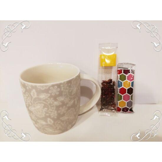 Fehér karácsonyi bögre teával és mézzel